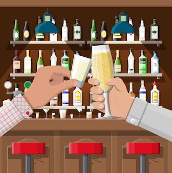 Grupo de mãos segurando copos com várias bebidas