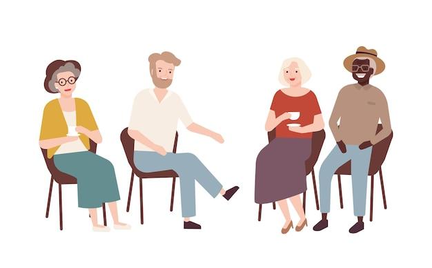 Grupo de mulheres e homens idosos sentados em cadeiras, bebendo chá, conversando e rindo