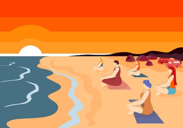 Grupo de mulheres praticando ioga na praia ao pôr do sol.