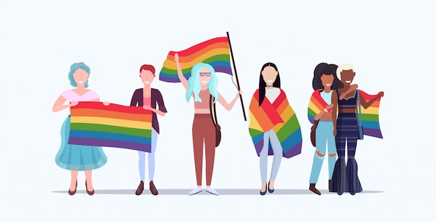 Grupo de mulheres segurando bandeira arco-íris amor parada parada festival conceito orgulho raça lésbica abraçando fêmea personagens de desenhos animados juntos de pé comprimento total horizontal