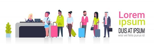Grupo de passageiros de corrida de mistura em pé na fila para counter check in banner de modelo de aeroporto com espaço para cópia, partida do conceito de placa