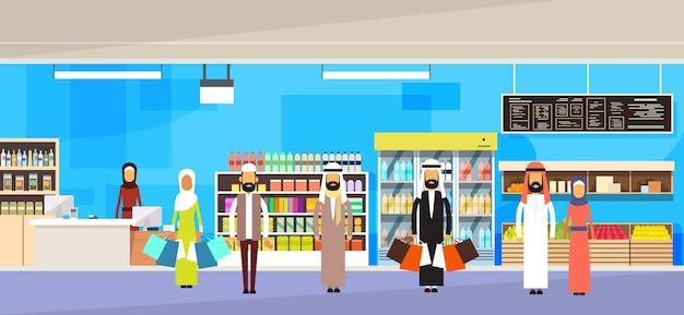 Grupo de pessoas árabes com malas grande loja super mercado compras