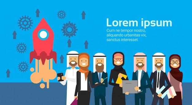 Grupo de pessoas árabes que processa o lançamento do foguete. equipe de negócios árabe de comprimento total, vestindo roupas tradicionais