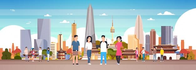 Grupo de pessoas coreanas sobre a cidade de seul