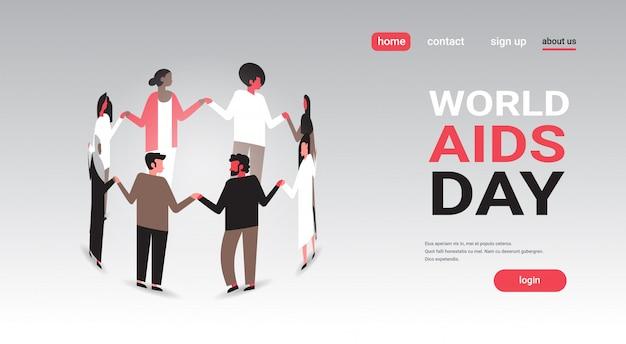 Grupo de pessoas de conscientização do dia mundial da aids em pé em círculo, segurando o conceito de associação de mãos