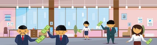 Grupo de pessoas de negócios asiáticos segurando o dólar no salário de notas de escritório moderno