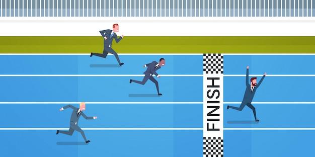 Grupo de pessoas de negócios, correndo para a linha de chegada liderança e conceito de concorrência