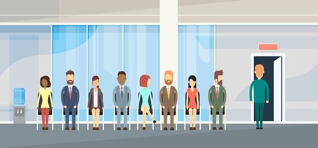 Grupo de pessoas de negócios sentado na porta da fila de linha