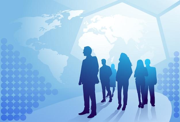 Grupo de pessoas de negócios silhueta caminhando sobre o conceito de equipe de empresários de fundo de mapa mundo