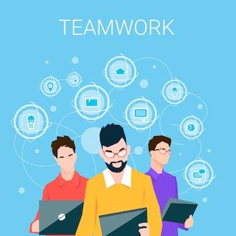 Grupo de pessoas de negócios usando o computador eletrônico