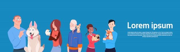 Grupo de pessoas diferentes, segurando cães bonitos proprietários com animais de estimação