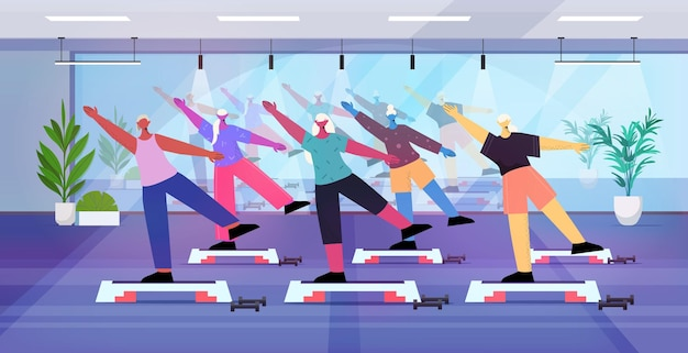 Grupo de pessoas idosas fazendo agachamento na plataforma de degrau com idade homens mulheres treinando na academia, treino aeróbico, estilo de vida saudável, conceito de idade ativa horizontal ilustração vetorial de corpo inteiro