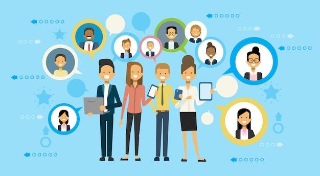 Grupo, de, pessoas negócio, comunicar, usando, esperto, telefone <digital, tabuleta, e, computador laptop