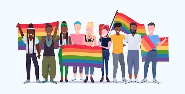 Grupo de pessoas segurando bandeira arco-íris lgbt orgulho festival conceito mistura raça gays lésbicas multidão comemorando amor desfile juntos de pé comprimento total horizontal