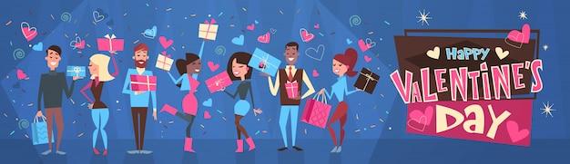 Grupo de pessoas segurando caixas de presente feliz dia dos namorados