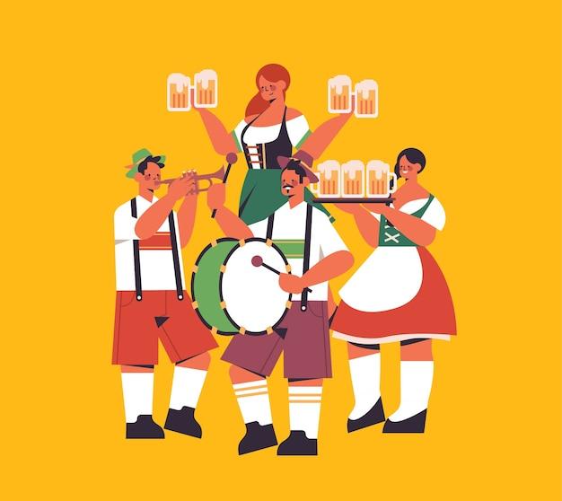 Grupo de pessoas segurando canecas e tocando instrumentos musicais festival de cerveja