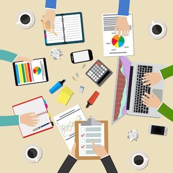 Grupo de pessoas trabalhando, planejando, brainstorming a idéia da estratégia da empresa. vista superior da mesa de escritório. espaço de trabalho do escritório criativo de trabalho em equipe.