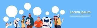 Grupo de pessoas usando robôs modernos