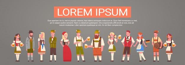 Grupo de pessoas vestindo roupas tradicionais alemãs homem e mulher segurando canecas de cerveja oktoberfest party concept
