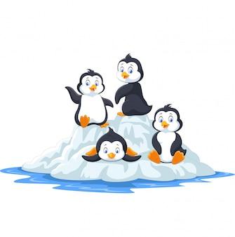 Grupo de pinguins engraçados brincando no bloco de gelo