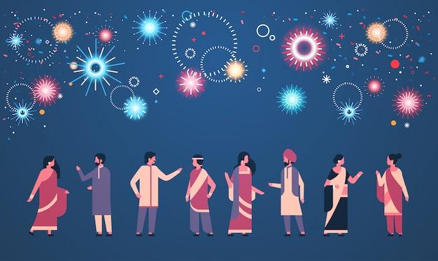 Grupo de povos indianos felizes diwali vestindo roupas tradicionais nacionais