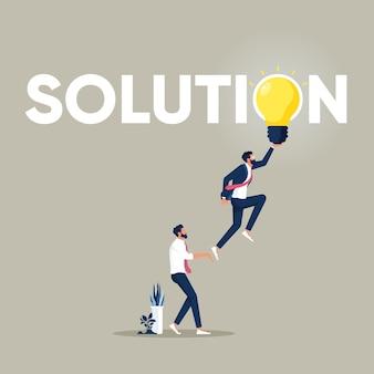 Grupo de profissionais de negócios chega a soluções de lâmpadas incandescentes e resolução de problemas