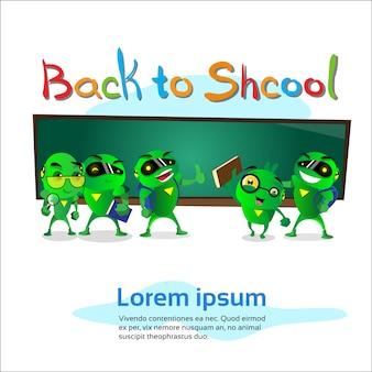 Grupo de robô verde sobre placa de classe de volta para o banner da escola