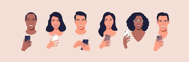 Grupo diversificado de pessoas com smartphones