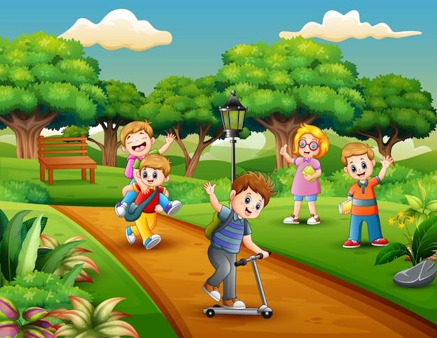 Grupo dos desenhos animados de crianças brincando no parque
