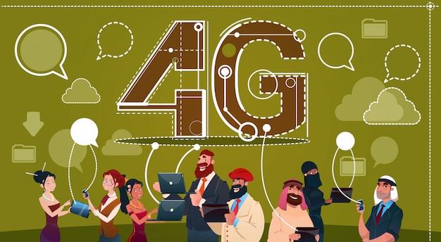 Grupo dos povos da raça da mistura usando o conceito social da velocidade do internet da comunicação 4g da rede do bate-papo dos dispositivos