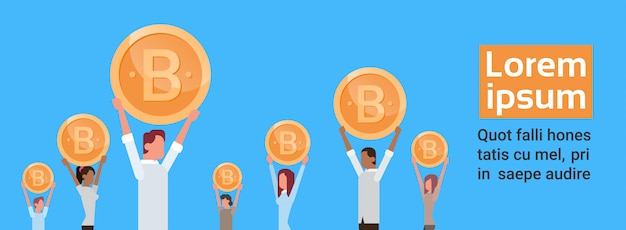 Grupo pessoas, segurando, dourado, bitcoin, modernos, teia, dinheiro digitais, crypto, moeda, conceito