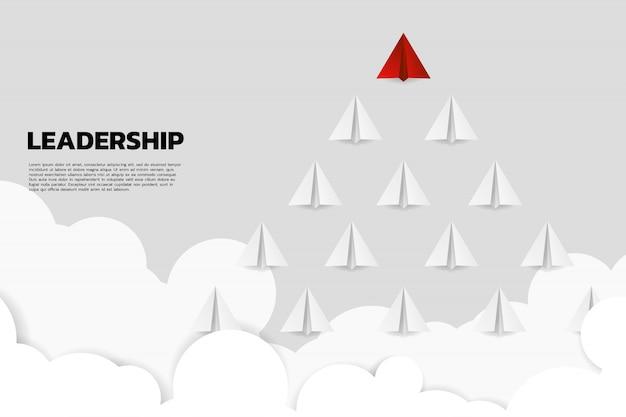 Grupo principal do avião vermelho do papel do origami do branco.