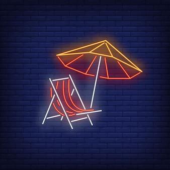 Guarda-sol de praia e cadeira de sinal de néon. verão, férias, férias, resort.
