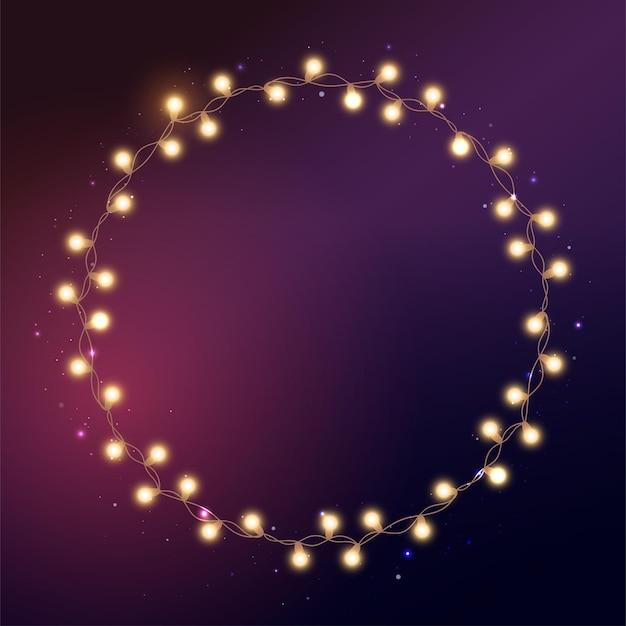 Guirlanda de natal dourado brilhante na grinalda. círculo com luzes realistas sobre fundo roxo.