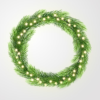 Guirlanda verde com luzes e galhos de árvores de natal.