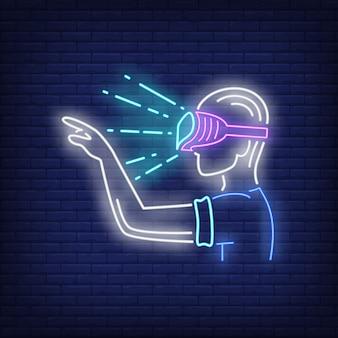 Guy wearing vr óculos de sinal de néon