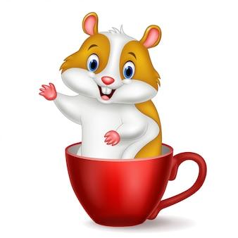 Hamster fofo em uma xícara vermelha