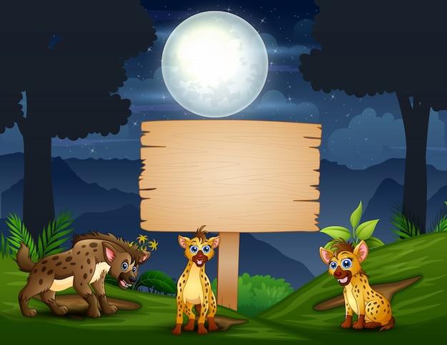 Hiena de árvore dos desenhos animados, desfrutando na selva à noite