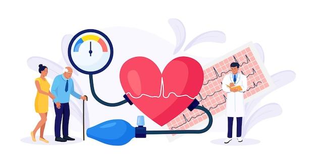 Hipotensão, doença hipertensiva. pequeno cardiologista medindo pressão alta com tonômetro. médico consultando paciente idoso sobre doença cardiológica exame médico, checkup de cardiologia