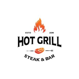 Hipster vintage grill churrasco convite festa churrasco churrasco com espátula de garfo cruzado e design de logotipo chama de fogo