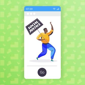 Homem afro-americano ativista segurando cartaz de parar racismo igualdade racial justiça social parar discriminação conceito tela do smartphone