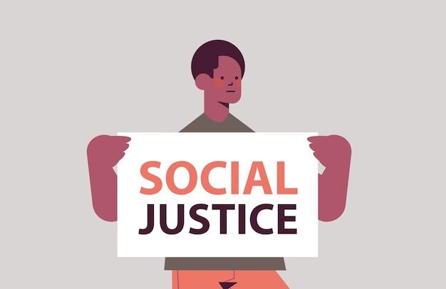Homem afro-americano ativista segurando cartaz de parar racismo igualdade racial justiça social parar retrato de discriminação