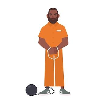 Homem afro-americano barbudo com algemas e bola e corrente, isoladas no fundo branco. suspeito, criminoso ou preso em uniforme de prisioneiro. personagem de desenho animado masculino plana. ilustração vetorial