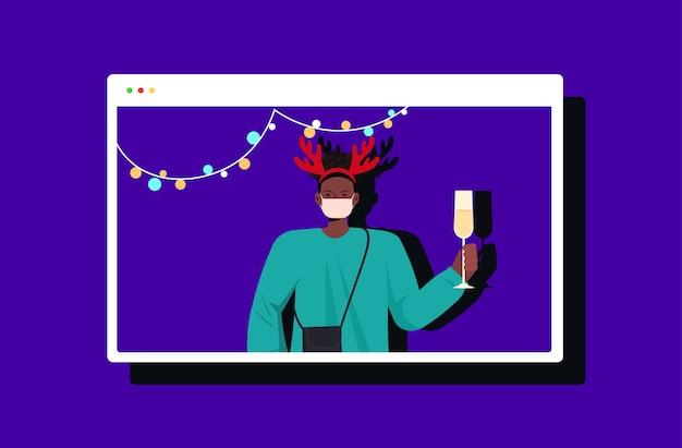 Homem afro-americano com chifres festivos comemorando ano novo, natal, feriado, cara na janela do navegador da web se divertindo conceito de comunicação online ilustração horizontal