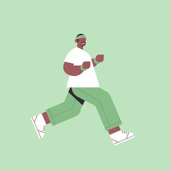 Homem afro-americano correndo cara gastando tempo sem dispositivos digitais desintoxicação conceito de estilo de vida saudável