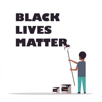 Homem afro-americano pintando vida negra importa texto com rolo de escova