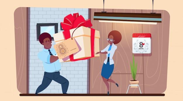 Homem afro-americano saudação menina com 8 de março mulher feliz dia criativo cartão
