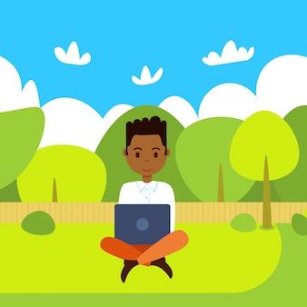 Homem afro-americano, segurando laptop trabalhando ao ar livre sobre a paisagem do parque verde plana