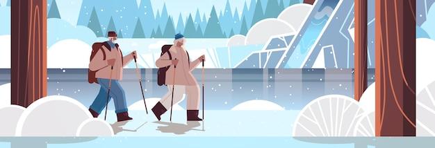 Homem afro-americano sênior, mulher, alpinista viajando junto com mochilas, atividades físicas ativas para a velhice