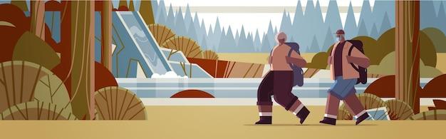Homem afro-americano sênior, mulher, caminhantes viajando junto com mochilas ativas, idade avançada, atividades físicas, paisagem, fundo, comprimento total, horizontal, vetorial, ilustração